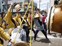 無事、「お木曳き行事」を終えた。だが、まだまだ終わらない。20年に1度の「お木曳き」を祝う太鼓をたたく桑名人。晴れわたる桑名の空に「日本一やかましい祭の音」が鳴り響いた