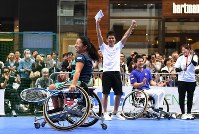 Wheelchair tennis player Yui Kamiji, front left, is cheered on by, from right, former tennis player Ai Sugiyama, wheelchair tennis player Shingo Kunieda and former track and field athlete So Takei, at an event to experience Paralympic sports, in Ginza, Tokyo, on May 2, 2016. (Mainichi)