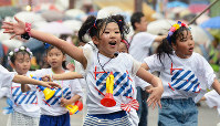 フラワーフェスティバルのパレードで踊りを披露する子供たち=広島市中区で、竹下理子撮影
