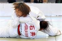 女子57キロ級、石井亜弧(下)から有効を奪う広瀬順子=講道館で2016年5月4日、徳野仁子撮影