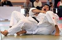 男子90キロ級、加藤裕司に一本勝ちした広瀬悠(上)=講道館で2016年5月4日、徳野仁子撮影