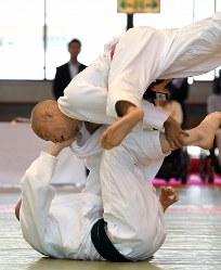 男子60キロ級、平井孝明を攻める広瀬誠(上)=講道館で2016年5月4日、徳野仁子撮影