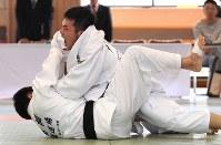男子73キロ級、高橋秀克(下)から技ありを奪う北薗新光=講道館で2016年5月4日、徳野仁子撮影
