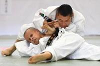 男子66キロ級、安藤大輔(下)を抑え込み、一本勝ちした藤本聡=講道館で2016年5月4日、徳野仁子撮影