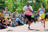 ひろしまフラワーフェスティバルでモーリス・グリーンさんとタイムを競う小学生たち=広島市中区で、東久保逸夫撮影