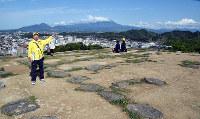 二つの天守閣があった山頂からは大山(奧)が遠望できた=鳥取県米子市久米町で、小松原弘人撮影