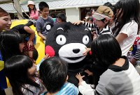 活動を再開し、被災した子どもたちと交流するくまモン=熊本県西原村で2016年5月5日午前10時53分、幾島健太郎撮影