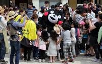 活動を再開し、被災した子どもたちと交流するくまモン=熊本県西原村で2016年5月5日午前10時31分、幾島健太郎撮影