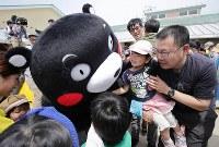 活動を再開し、被災した子どもたちと交流するくまモン=熊本県西原村で2016年5月5日午前10時50分、幾島健太郎撮影