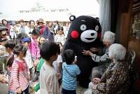 活動を再開し、保育園で避難生活を送るお年寄りを励ますくまモン=熊本県西原村で2016年5月5日午前10時38分、幾島健太郎撮影