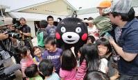 活動を再開し、被災した子どもたちと交流するくまモン=熊本県西原村で2016年5月5日午前10時47分、幾島健太郎撮影