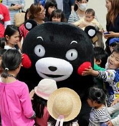 活動を再開し、被災した子どもたちと交流するくまモン=熊本県西原村で2016年5月5日午前10時37分、幾島健太郎撮影