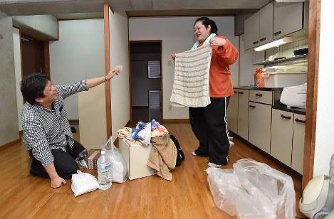 市営住宅に入居し、自家用車で運び込んだ荷物を片付ける木場稔夫さん(左)と早岐佳奈美さん=熊本市北区2016年5月6日午後6時半、須賀川理撮影