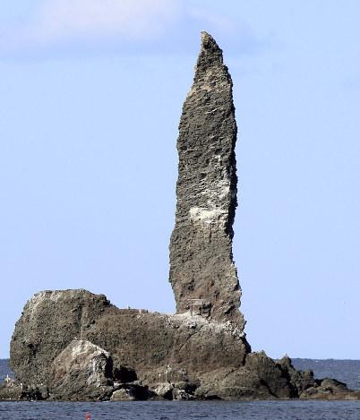 奇岩「ローソク岩」:まるで炎…...