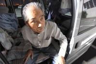 妻と2人で車中泊を続ける斉藤誓さん(80)。震災後数日間は自家用車の運転席を倒して寝ていたが、足がむくんだため、長男から借りた軽ワゴンの荷台に移った。布団を敷き、「なんとか足を伸ばして眠れるよ」と笑う=熊本県益城町で2016年5月5日午後8時12分、喜屋武真之介撮影