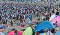 Crowds enjoy digging for clams and other shellfish in Yokohama's Kanazawa Ward on the morning of May 7, 2016. (Mainichi)