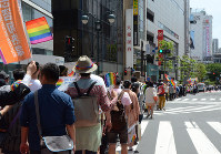 Participants in the Tokyo Rainbow Pride parade are seen walking in the Shibuya and Harajuku districts of Tokyo on May 8, 2016. (Mainichi)