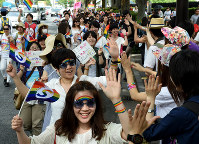 Participants in the Tokyo Rainbow Pride 2016 event parade are seen in Tokyo's Shibuya Ward on May 8, 2016. (Mainichi)