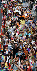 Numerous participants in the Tokyo Rainbow Pride 2016 event parade are seen in Tokyo's Shibuya Ward on May 8, 2016. (Mainichi)
