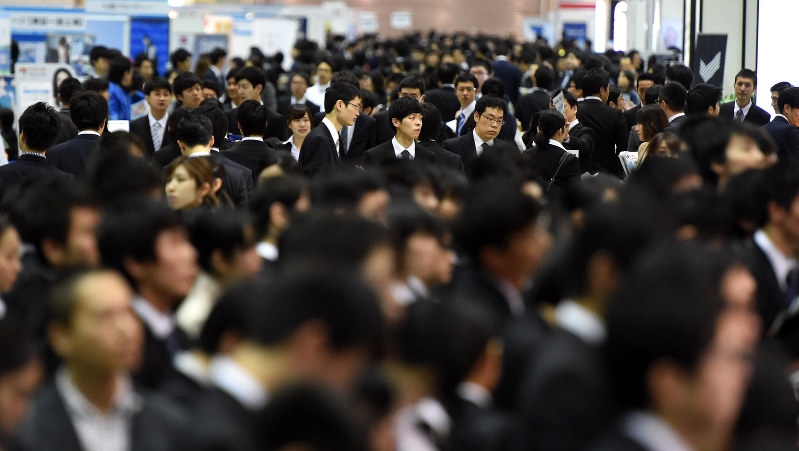 学生たちで混雑する合同会社説明会の会場=竹内紀臣撮影