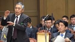 黒田東彦日銀総裁(左)と安倍晋三首相=国会内で2016年3月24日、藤井太郎撮影