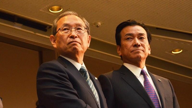東芝の綱川智・次期社長(左)と志賀重範・次期会長=2016年5月6日、今沢真撮影