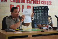 拘束中に死亡した過激派の男について、記者会見で経緯を説明するインドネシア警察幹部=4月5日、ジャカルタ支局助手トリア・ディアンティ撮影