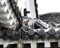 A broken roof decoration that was knocked down from the main tower of Kumamoto Castle by earthquakes is seen in Chuo Ward, Kumamoto, on May 11, 2016. (Mainichi)