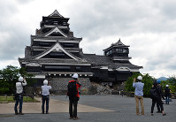 Earthquake-damaged Kumamoto Castle is seen during its opening to the media in Chuo Ward, Kumamoto, on May 11, 2016. (Mainichi)