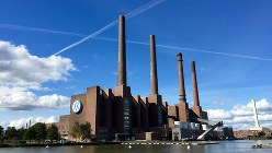 独ウォルフスブルク駅前に広がるフォルクスワーゲンの工場=2015年9月29日、中西啓介撮影