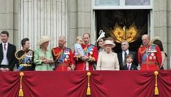 バッキンガム宮殿のバルコニーに姿を見せたエリザベス女王、フィリップ殿下、ジョージ王子ら=2015年6月13日撮影