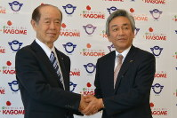 協定書に署名後、握手する小林一彦・富士見町長(左)と寺田直行カゴメ社長=同町役場で