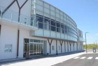 静岡空港西側に新築された、オフサイトセンターを備えた原子力防災センター=牧之原市坂口で