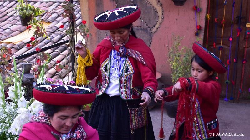 クスコ近くの村で出会ったアンデス先住民。家の玄関口で糸をつむぎ染めて、民族衣装を織っていた