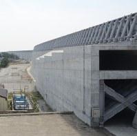 今年3月に完成した浜岡原発の防波壁=御前崎市の浜岡原発で