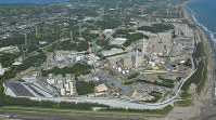 停止から5年を迎える中部電力浜岡原発。海抜22メートルの防波壁に囲まれている=御前崎市で、本社ヘリから丸山博撮影