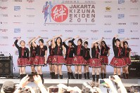 ジャカルタ絆駅伝2016終了後、歌のパフォーマンスをするJKT48=インドネシア・ジャカルタで2016年5月15日、松田嘉徳撮影