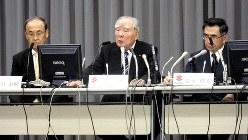 決算会見に臨むスズキの鈴木修会長(中央)ら=2016年5月10日、永井隆撮影