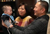 遥希ちゃんの笑顔に、高橋清晃さん、千春さん夫婦の顔も自然とほころぶ=宮城県涌谷町で2016年2月20日、佐々木順一撮影