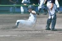 【北越−新潟明訓】二回裏新潟明訓2死一塁、相手の失策の間に中村が一塁から生還=長岡市の悠久山野球場で