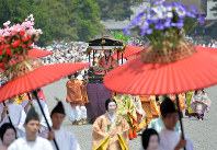 Amid many spectators, the Aoi Matsuri festival procession sets out from the Kyoto Imperial Palace, in Kamigyo Ward, Kyoto, on May 15, 2016. (Mainichi)