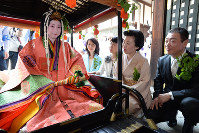 Waka Nishimura, left, who played the part of Saio-dai, is seen on her palanquin with her parents and two aunts in Kamigyo Ward, Kyoto, on May 15, 2016. (Mainichi)