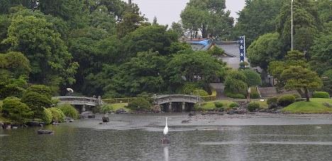 営業を再開した水前寺成趣園。地震後に低下した池の水位が戻りつつある=熊本市中央区で2016年5月16日午前8時54分、津村豊和撮影