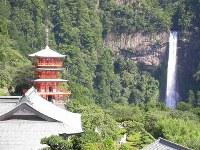 世界文化遺産・紀伊山地の霊場と参詣道(2004年登録) 写真は熊野那智大社のご神体、那智の滝と青岸渡寺の三重塔