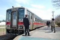 今年12月には乗客を迎えることがなくなってしまう増毛駅のホーム=北海道増毛町で、2016年5月2日、庄司哲也撮影