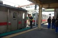 大型連休中の特別編成で列車を2両に連結した=北海道深川市のJR深川駅で、2016年5月1日、庄司哲也撮影