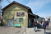 「留萌本線 終着駅」の看板が掛かる増毛駅の駅舎=北海道増毛町で、2016年5月2日、庄司哲也撮影