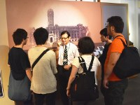 総統府の見学コースでは、建物の歴史などを日本語ガイドが丁寧に解説してくれる=2016年5月4日、鈴木玲子撮影