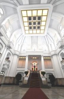 総統府の正面玄関入り口から入ったところにある玄関ホール中山庁。賓客らが訪れたとき、ここで記念写真の撮影をすることが多いという=2016年5月4日、鈴木玲子撮影