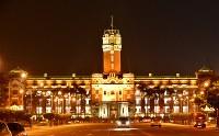 夜間ライトアップされた総統府の建物は、昼間とはまた一味違った美しさを見せる=2016年5月4日、鈴木玲子撮影